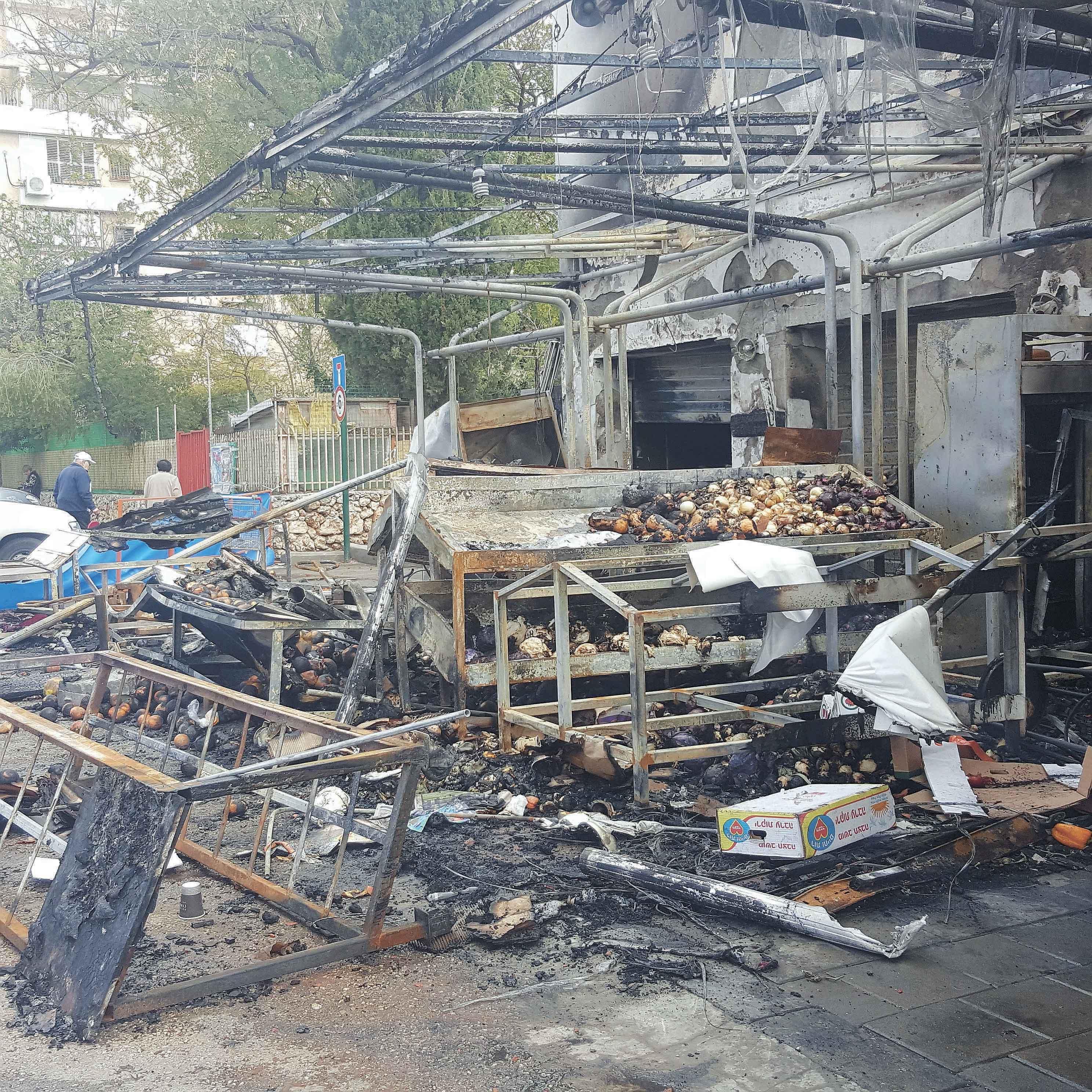 השריפה בשוק כפר סבא. צילום יעל יפה