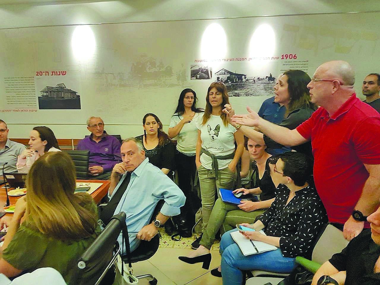 פעילי מטה המאבק בישיבת המועצה