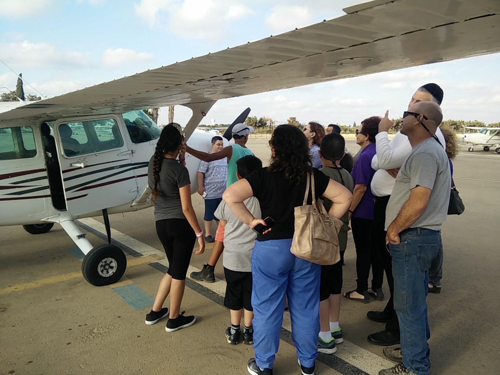 התלמידים וההורים בשדה התעופה. צילום זאב מור
