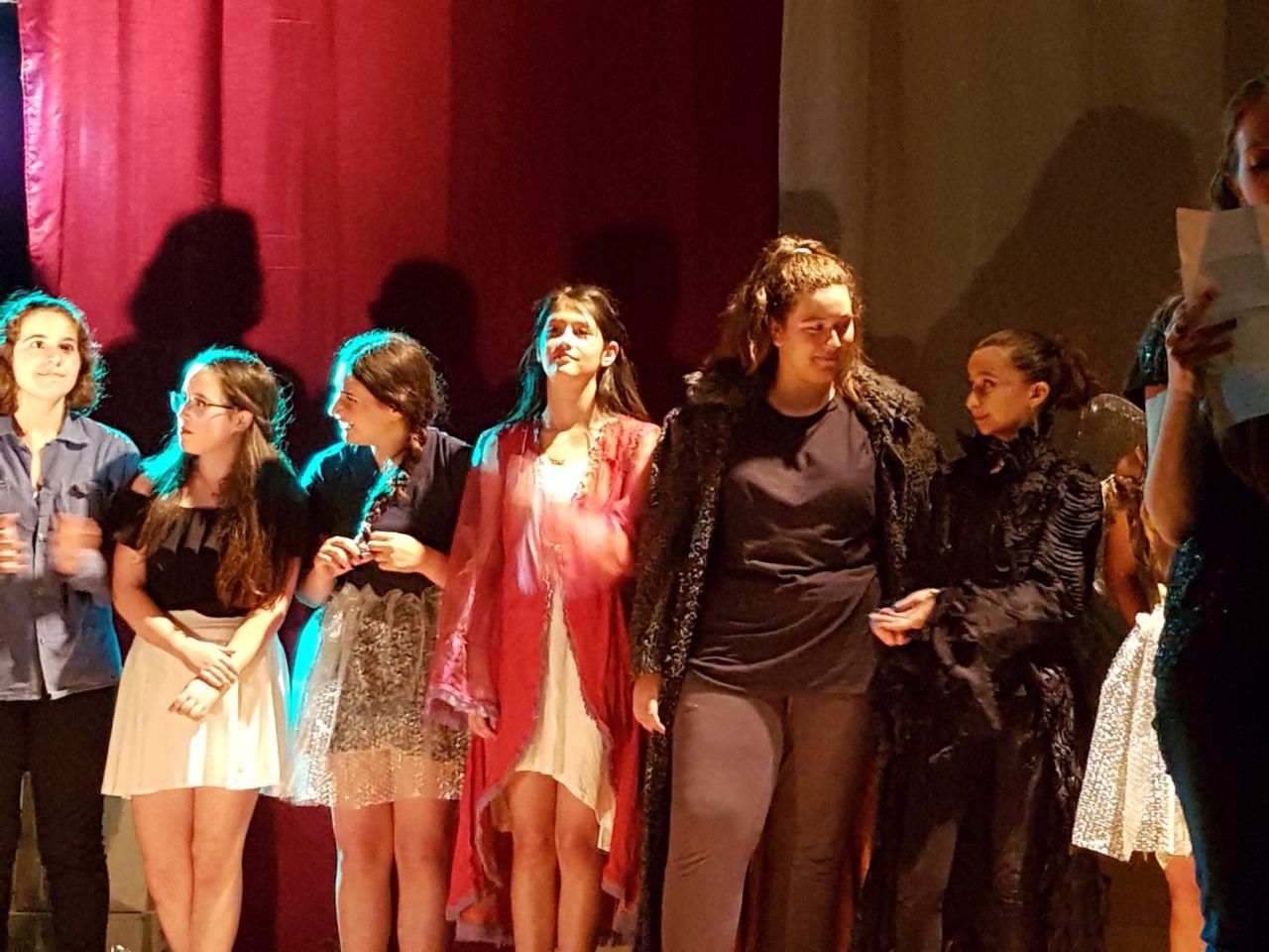 קבוצת התיאטרון בהצגה