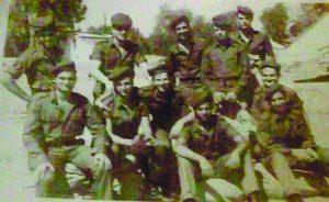 מאיר הראל (בשורה התחתונה, שני משמאל) בשירות הסדיר