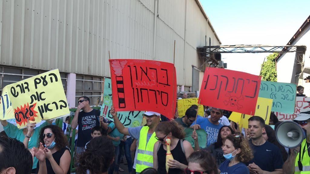 הפגנה תושבי הירוקה מול מפעל בראון. צילום מיכאל תמרוב