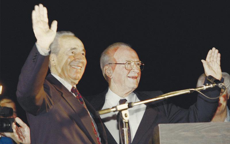 """יצחק רבין ושמעון פרס ז""""ל בעצרת ב-4 בנובמבר 1995. צילום AFP"""