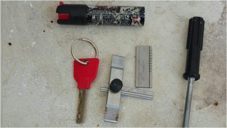כלי הפריצה שנתפסו אצל החשודים. צילום משטרת ישראל