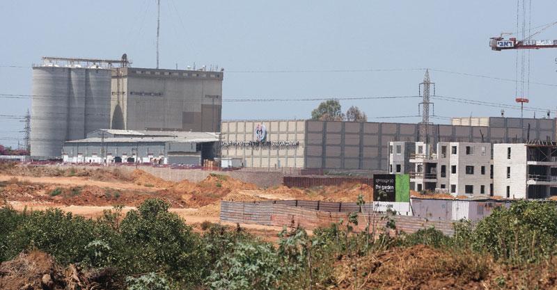 מפעל קניאל (מימין). צילום עזרא לוי