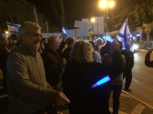 מפגינים בכפר סבא נגד השחיתות. צילום איתן מירון