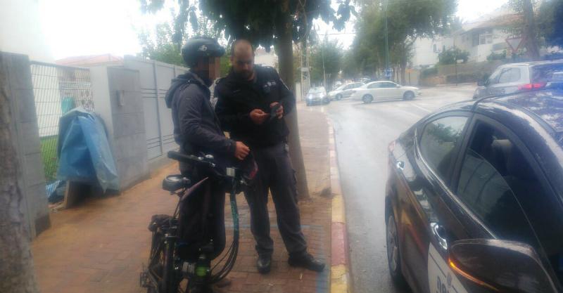 פקחי עיריית רעננה מחלקים דוחות לרוכבי אופניים חשמליים