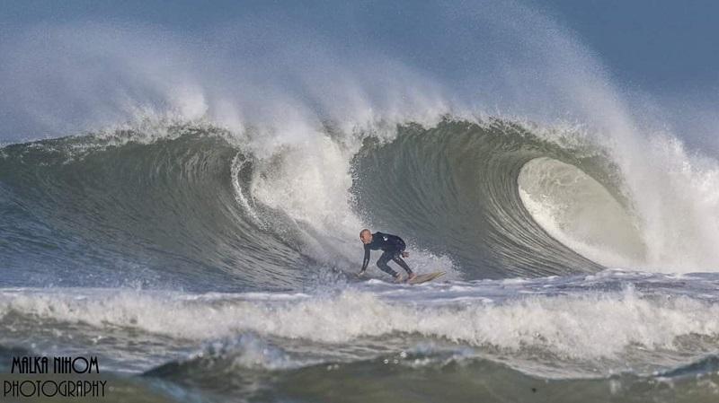 גלישת גלים בחוף בהרצליה. צילום: Malka nihom photography