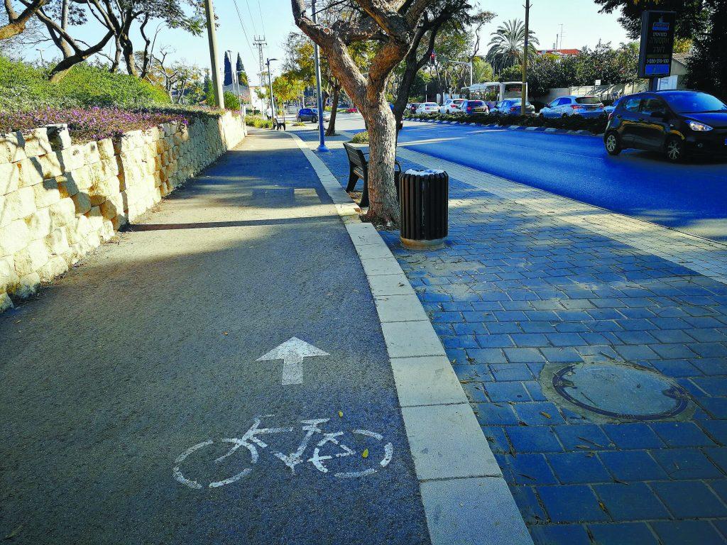 שביל אופניים ברחוב טשרניחובסקי. צילום עזרא לוי כפר סבא