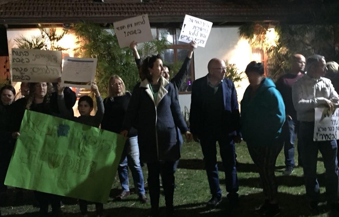 התושבים הערב, מול בניין העירייה