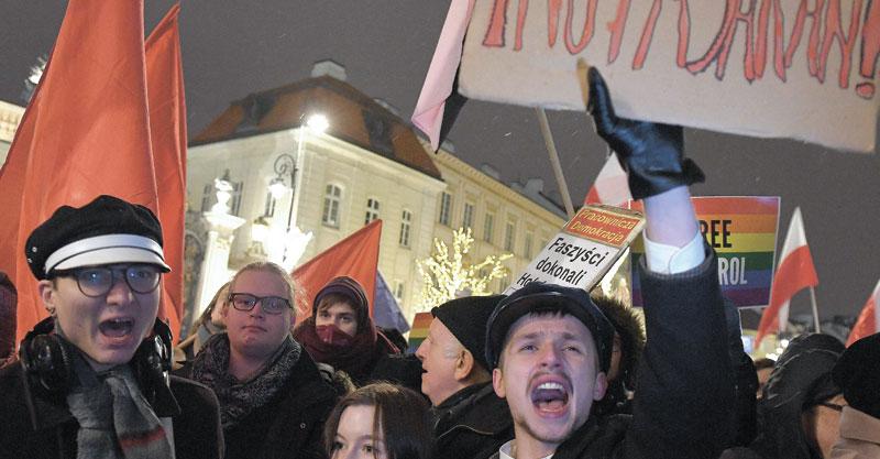 הפגנה בוורשה נגד החוק הפולני. צילום janek skarzynski