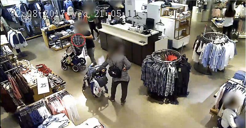 החשודים בגניבת טלפונים סלולריים בפעולה. צילום באדיבות המשטרה
