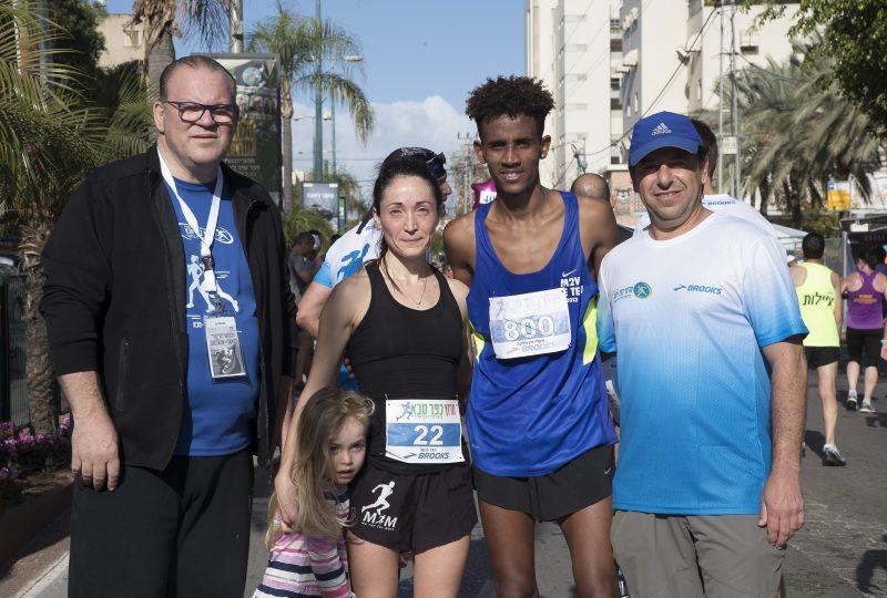 ראש העירייה צביקה צרפתי עם הזוכים במרוץ. צילום רמי זרנגר