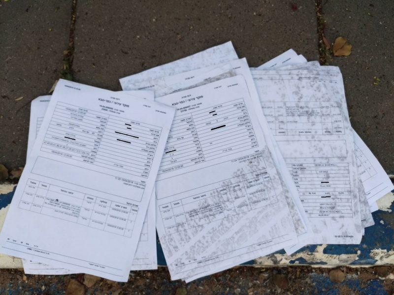 חלק מהמסמכים שנמצאו מחוץ לבית הספר מפתן