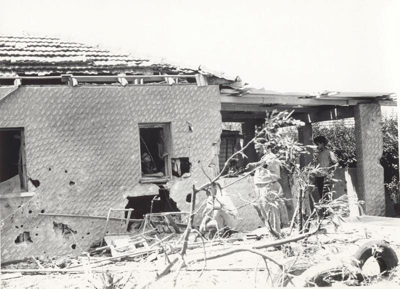 בית בכפר סבא שנפגע מפגזים ירדניים. צילום דניאל קפלן. באדיבות ארכיון כפר סבא