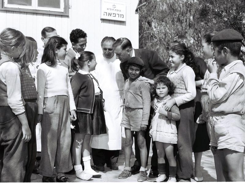 """ילדים במעברת כפר סבא. צילום ZVI GLASER לע""""מ"""