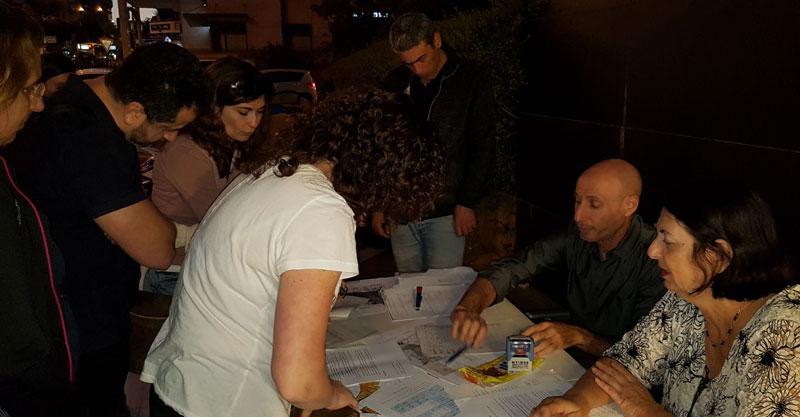 חותמים על התנגדויות לתוכנית המתאר בכפר סבא. צילום: מטה המאבק כנגד תוכנית המתאר