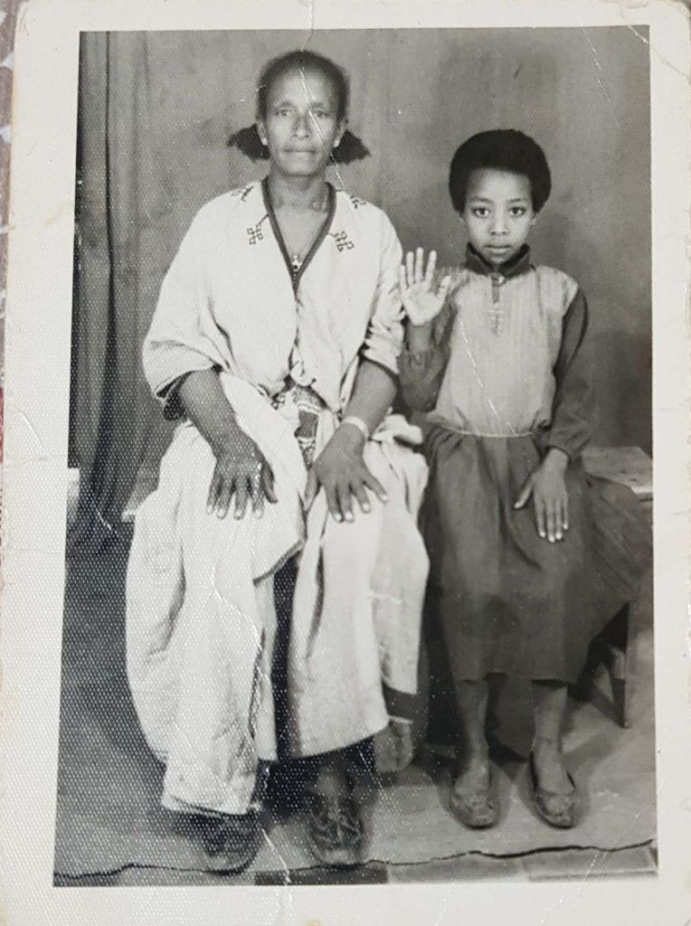אמה ואחותה של נגה מולוגטה, אתיופיה, 1985