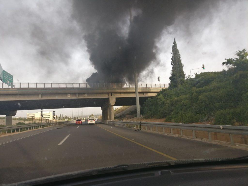 הרכב שעלה באש בכביש 40. צילום לירון סובול
