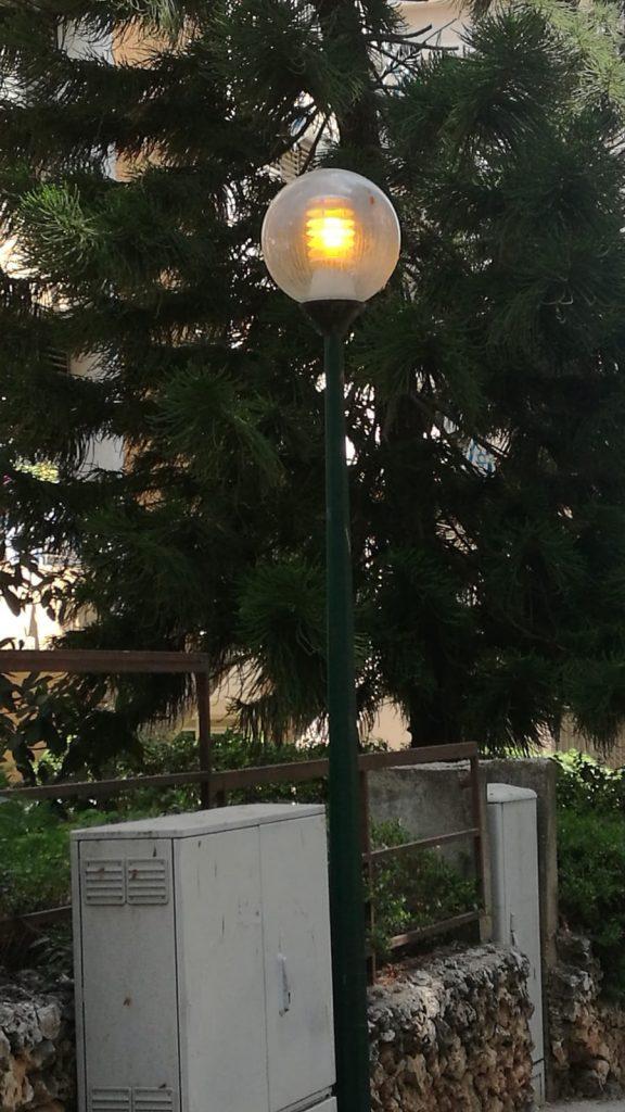 תאורת רחוב בכפר סבא דולקת ביום