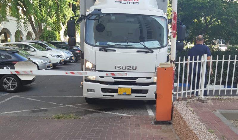 משאית חוסמת את היציאה מהחניון