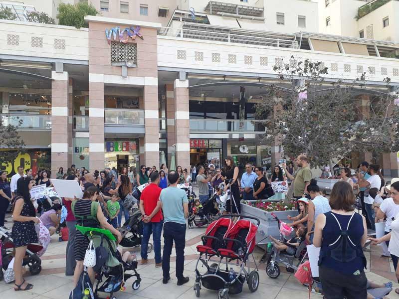 """הפגנת מחאה בעקבות הריגתה של יסמין וינטה ז""""ל בקניון ערים. צילום ביקורת בונה"""