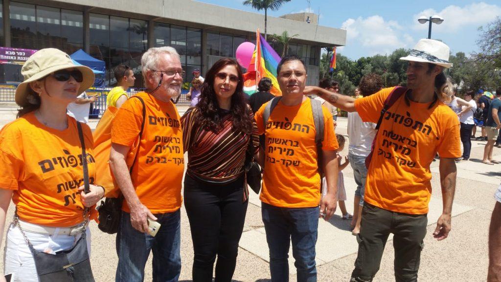 המתמודדת לראשות העיר מירית שקד ברק, ופעילי תנועת תפוזים שבראשה היא עומדת