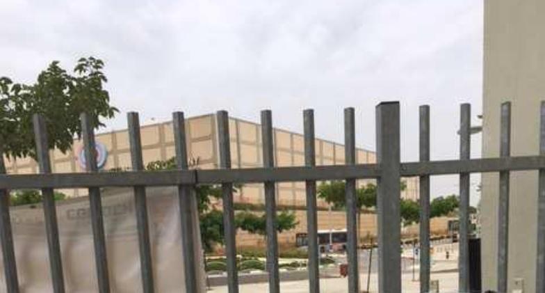 שער הכניסה לבית הספר לאה גולדברג. צילום: מתוך דוח המשרד להגנת הסביבה