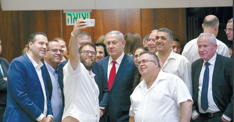 בנימין נתניהו וחברי הכנסת לאחר שעבר חוק הלאום. צילום אוליבייה פיטוסי