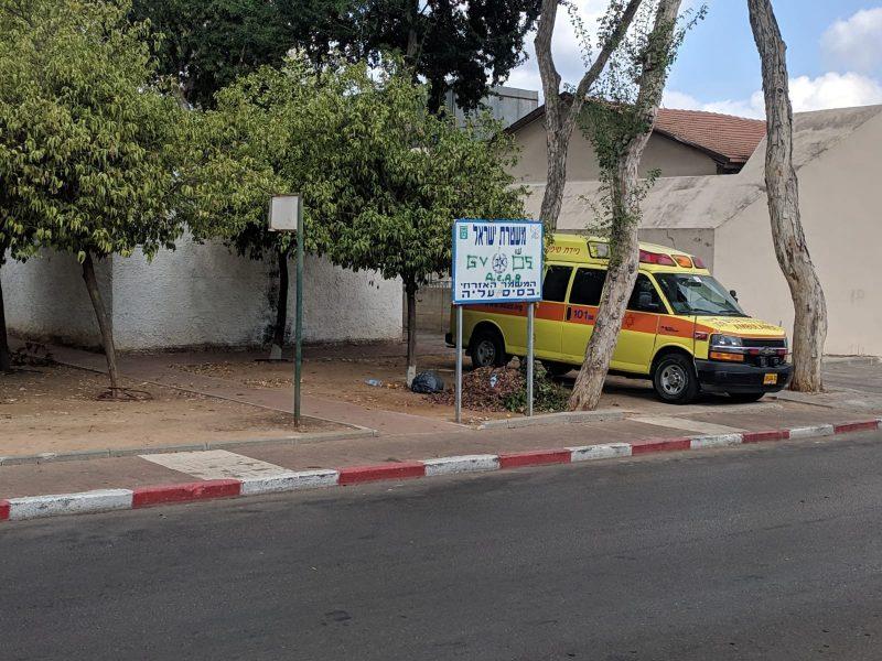 אמבולנס טיפול נמרץ חונה מחוץ למקלט ברחוב י. כהן