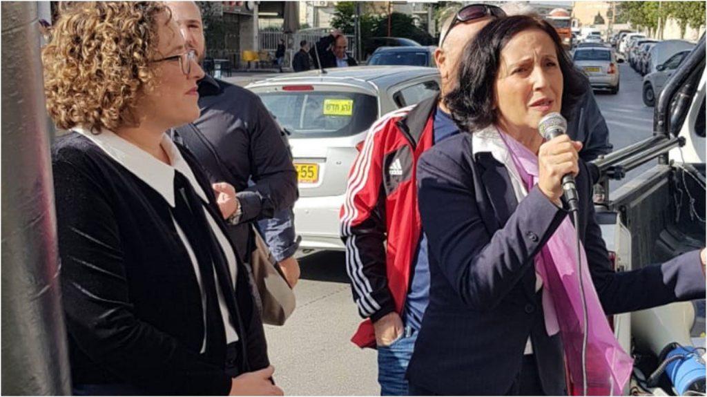 """אושרת גני גונן בהפגנת התושבים בפתח ישיבת הות""""ל בירושלים. צילום: מטה מאבק התושבים"""