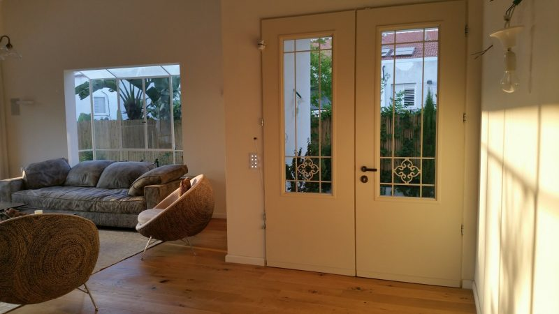 דלתות כניסה מבפנים. וריאציה