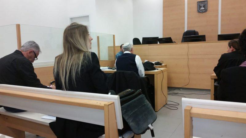 """יהודה בן חמו (משמאל, עם הגב למצלמה) ואחותו עו""""ד יוכי בן חמו תורתי, היום בבית המשפט המחוזי בלוד. צילום אריה אברמזון"""