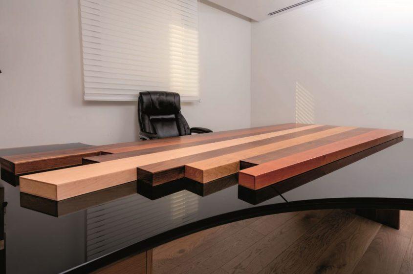 שולחן עשוי לוחות עץ בניראות גאומטרית עדכנית, בקומפוזיציה אקראית הממשיכים כרגל מסיבית ומרשימה צילום שי אפגין.jpgשולחן עשוי לוחות עץ בניראות גאומטרית עדכנית, בקומפוזיציה אקראית הממשיכים כרגל מסיבית ומרשימה. צילום שי אפגין