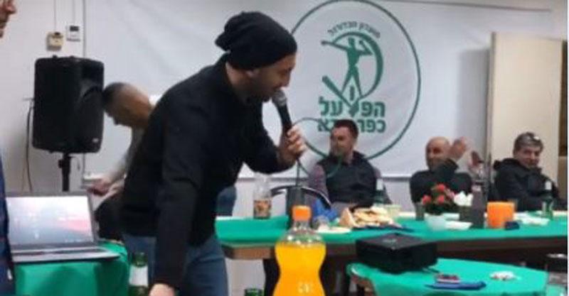 שום (מימין) בערב הקריוקי של הקבוצה (צילום מסך)
