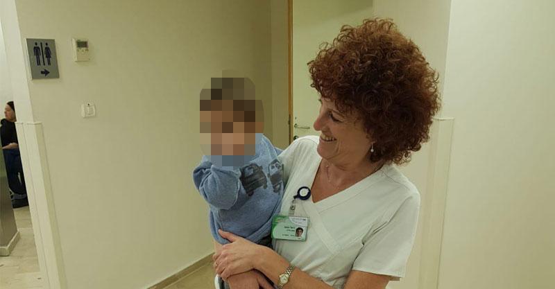 האחות חלי וענונו עם הפעוט. צילום בית החולים מאיר