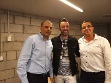 ראש העיר רפי סער וסגנו דני הרוש עם הזמר ליאור נרקיס בחגיגות המימונה. צילום דוברות עיריית כפר סבא