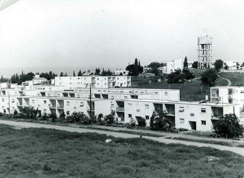 שכון מעונות שרה. בחזית הואדי, כיום רחוב העצמאות, ברקע מגדל המים. צילום בית הראשונים