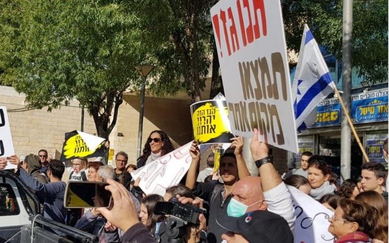 """הפגנת התושבים בפתח ישיבת הות""""ל בירושלים בדצמבר. צילום: מטה מאבק התושבים"""