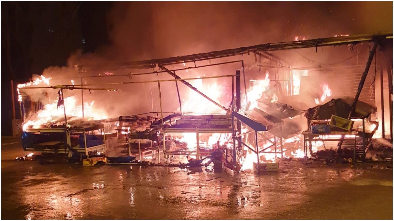 השריפה במתחם השוק בכפר סבא. צילום כיבוי אש