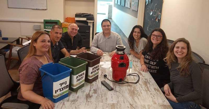 """חברי וועד שכונת הדרים מציגים את פיילוט """"זרוק אנד רול"""". צילום מתוך הפייסבוק"""
