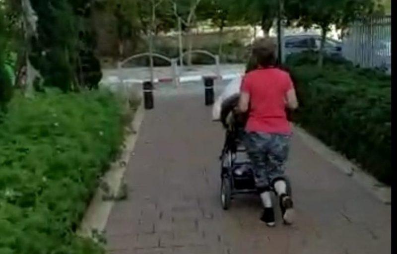 המטפלת בורחת מהצלמת. מתוך הסרטון
