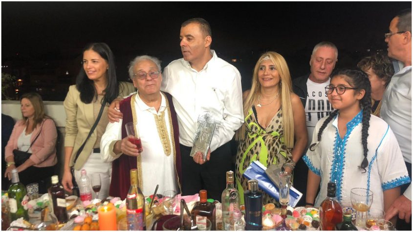ראש עיריית כפר סבא, רפי סער, בחגיגות המימונה בבית משפחת לוגסי בכפר סבא צילום באדיבות אליס גל