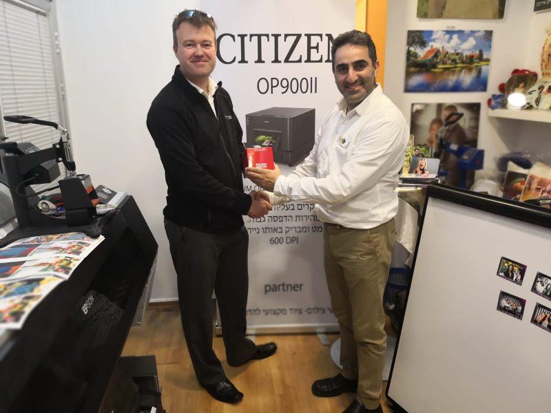 שי יחד עם מנהל המכירות העולמי של מדפסות פוטו סיטיזן גארי אנדרוס