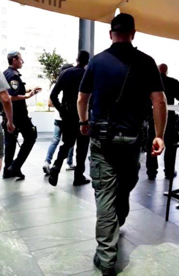 """השוטרים בקניון. צילום: """"פיקוד מרכז"""""""