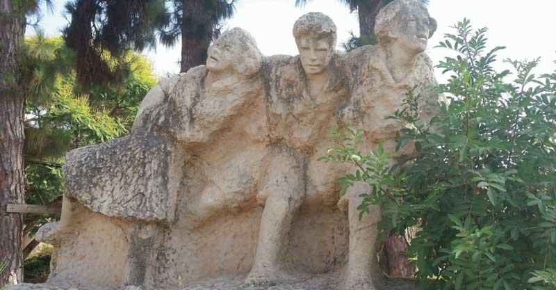 """הפסל """"הורה"""" של בתיה לישנסקי בפנימיית אונים. צילום אריה אברמזון"""