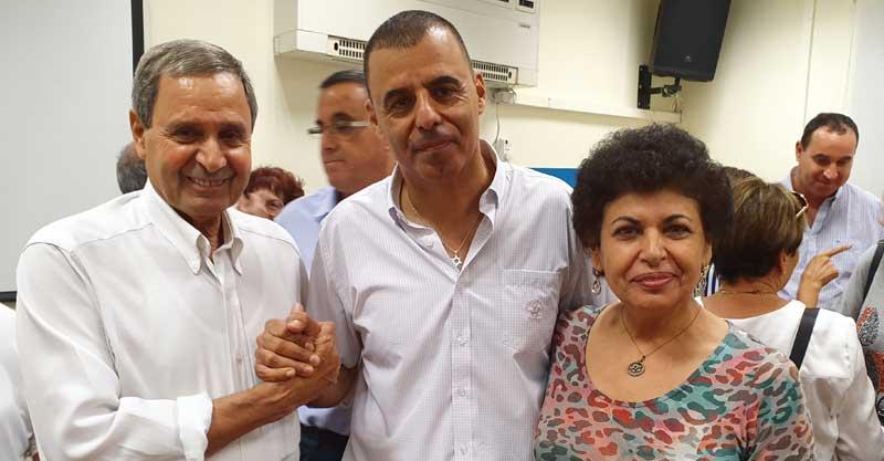 """יו""""ר מועצת ארגוני המתנדבים בכפר סבא מאיר אהרוני ורעייתו הסופרת שרה אהרוני עם ראש העירייה רפי סער. צילום: מיטל מונבז"""