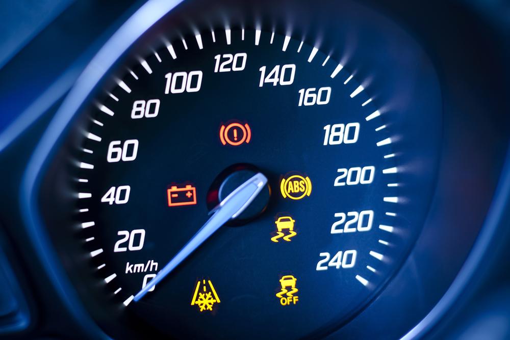 הנורה האדומה ברכב דולקת? (Shutterstock) צילום: westernstudio
