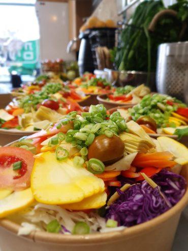 סלט ירקות העונה: 15 סוגי ירקות בקירוב. רויטל יוצרת טעים. צילום עצמי