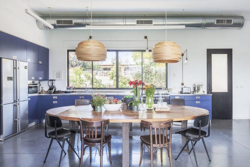 סטודיו 37- מטבח כחול עם שולחן אוכל ענק במרכזו. צילום אביעד בר נס